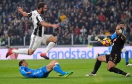 Pemain Juventus Gonzalo Higuain saat berebut bola dengan kiper Napoli Pepe Reina di Juventus Stadium, Turin, Italy, (30/10/2016). Juventus raih kemenangan atas Napoli 2-1.