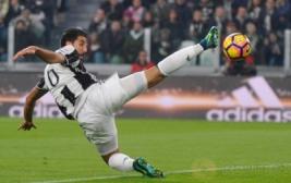 Pemain Juventus Sami Khedira saat menguasai bola di Juventus Stadium, Turin, Italy, (30/10/2016). Juventus raih kemenangan atas Napoli 2-1.