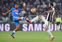 Pemain Juventus Gonzalo Higuain saat berebut bola dengan pemain Napoli Lorenzo Insigne di Juventus Stadium, Turin, Italy, (30/10/2016). Juventus raih kemenangan atas Napoli 2-1.
