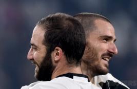 Pemain Juventus Gonzalo Higuain dan Leonardo Bonucci usai melakukan selebrasi di Juventus Stadium, Turin, Italy, (30/10/2016). Juventus raih kemenangan atas Napoli 2-1.