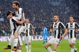 Pemain Juventus Gonzalo Higuain melakukan selebrasi di Juventus Stadium, Turin, Italy, (30/10/2016). Juventus raih kemenangan atas Napoli 2-1.