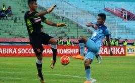 Pesepakbola Persela Saddil Ramdani (kanan) mendapat hadangan Penjaga gawang PS TNI Ravi Murdianto (kiri) dalam pertandingan Torabika Soccer Championship (TSC) di Stadion Delta Sidoarjo, Jawa Timur, Minggu (30/10/2016). Persela menang atas PS TNI dengan skor 3-2.