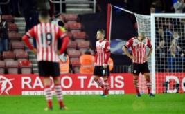 Kekecewaan terlihat di wajah Steven Davis dan pemain Southampton lainnya usai dikalahkan Chelsea.