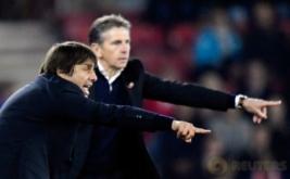 Pelatih Chelsea Antonio Conte (kiri) dan Pelatih Southampton Claude Puel memberikan arahan kepada anak-anak asuhnya dari pinggir lapangan.