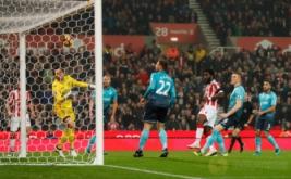 Wilfried Bony scores (dua kanan) mencetak gol ke gawang Swansea. (Reuters/Carl Recine Livepic)