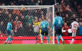 Wilfried Bony (kanan) mencetak gol ke gawang Swansea. (Reuters/Carl Recine Livepic)