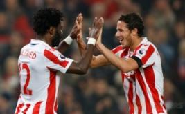 Wilfried Bony (kiri) merayakan golnya bersama Ramadan Sobhi. (Reuters/Carl Recine Livepic)