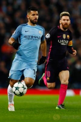 Sergio Aguero (kiri) membawa bola saat dikawal Lionel Messi pada matchday keempat babak penyisihan Grup C Liga Champions 2016-2017, Rabu (2/11/2016).