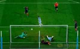 Ilkay Gundogan (tengah) mencetak gol ke gawang Barcelona pada matchday keempat babak penyisihan Grup C Liga Champions 2016-2017, Rabu (2/11/2016).