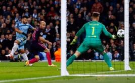 Sergio Aguero (kiri) mencetak gol ke gawang Barcelona pada matchday keempat babak penyisihan Grup C Liga Champions 2016-2017, Rabu (2/11/2016).
