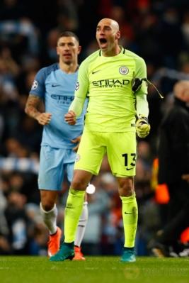 Kiper Manchester City Willy Caballero merayakan kemenangan timnya atas Barcelona usai pertandingan.