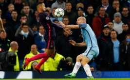 Neymar (kiri) mengontrol bola saat dikawal Pablo Zabaleta. (Reuters/Jason Cairnduff Livepic)