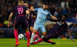 Sergio Aguero dikawal sejumlah pemain Barcelona saat membawa bola. (Reuters/Jason Cairnduff Livepic)