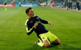 Mesut Ozil selebrasi usai mencetak gol ke gawang tim asal Bulgaria, Ludogorets, Rabu (2/11/2016) dini hari WIB. (Reuters/Paul Childs Livepic)
