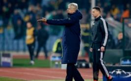 Pelatih Arsenal Arsene Wenger memberikan pengarahan kepada anak-anak asuhnya dari pinggir lapangan. (Reuters/Paul Childs Livepic)