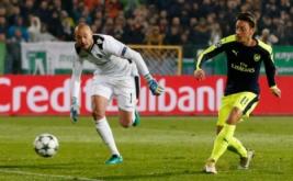 Mesut Ozil (kanan) mencetak gol ke gawang tim asal Bulgaria, Ludogorets, Rabu (2/11/2016) dini hari WIB. (Reuters/Paul Childs Livepic)