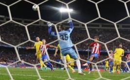 Antoine Griezmann mencetak gol ke gawang Rostov yang dikawal Soslan Dzhanayev.