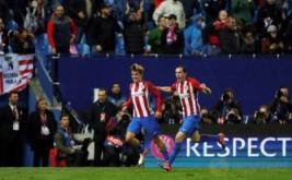 Antoine Griezmann (kiri) merayakan golnya bersama Diego Godin.