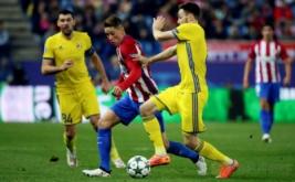 Fernando Torres (tengah) berebut bola dengan Vladimir Granat.
