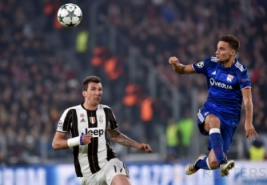 Pemain Juventus Mario Mandzukic saat berebut bola udara dengan Jeremy Morel pada pertandingan Liga Champions Juventus Vs Olympique Lyon di Juventus Stadium, Turin, Rabu (2/11/2016). Pada pertandingan tersebut Juventus tahan imbang Lyon dengan skor 1-1.