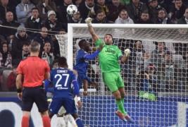 Gianluigi Buffon saat melakukan penyelamatan gawang juventus pada pertandingan Liga Champions Juventus Vs Olympique Lyon di Juventus Stadium, Turin, Rabu (2/11/2016). Pada pertandingan tersebut Juventus tahan imbang Lyon dengan skor 1-1.