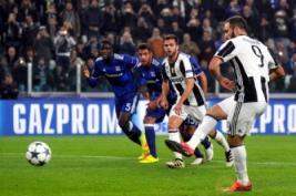 Pemain Juventus Gonzalo saat melesatkan gol penalti pada pertandingan Liga Champions Juventus Vs Olympique Lyon di Juventus Stadium, Turin, Rabu (2/11/2016). Pada pertandingan tersebut Juventus tahan imbang Lyon dengan skor 1-1.