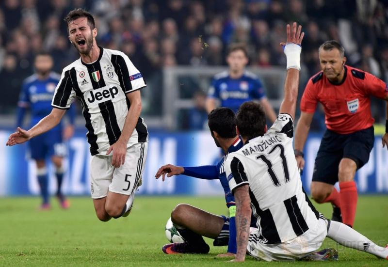 Miralem Pjanic dan Mario Mandzukic saat berebut bola dengan pemain Lyon pada pertandingan Liga Champions Juventus Vs Olympique Lyon di Juventus Stadium, Turin, Rabu (2/11/2016). Pada pertandingan tersebut Juventus tahan imbang Lyon dengan skor 1-1.