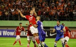 Pesepakbola Persija Rodrigo Antonio (kedua kiri) dan pesepakbola Persib Bandung Marcos Abel (ketiga kanan) berebut bola dalam ajang lanjutan Torabika Soccer Championship (TSC) 2016 di Stadion Manahan, Solo, Jawa Tengah, Sabtu (5/11/2016). Pertandingan berakhir imbang 0-0.