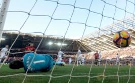 Manchester United berhasil mengalahkan Swansea City dengan skor 3-1, dan berhasil naik ke posisi enam klasemen pada lanjutan Liga Inggris 2016-2017 di Liberty Stadium, Swansea, Minggu (6/11/2016).