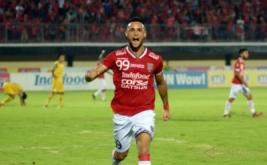 Pesepakbola Bali United Nemanja Vidakopic melakukan selebrasi setelah mencetak gol ke gawang Barito Putra saat pertandingan lanjutan Torabika Soccer Championship 2016 di Stadion Kapten I Wayan Dipta, Gianyar, Bali, Senin (7/11/2016). Tim tuan rumah Bali United mengalahkan Barito Putera dengan skor 3-2.