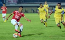 Pesepakbola Bali United Alsan Putra (kiri) dibayangi pesepakbola Barito Putera berusaha menguasai bola saat pertandingan lanjutan Torabika Soccer Championship 2016 di Stadion Kapten I Wayan Dipta, Gianyar, Bali, Senin (7/11/2016). Tim tuan rumah Bali United mengalahkan Barito Putera dengan skor 3-2.