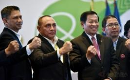 Ketua Umum PSSI Edy Rahmayadi (kedua kiri),Wakil Ketua Iwan Budianto (kiri) dan Joko Driyono (kanan) serta Ketua Komite Pemilihan Agum Gumelar mengangkat tangan usai terpilih pada Kongres PSSI di Jakarta, Kamis (10/11/2016). Edy Rahmayadi terpilih menjadi ketua umum PSSI setelah memperoleh 76 suara dari total 107 pemilik suara sah, sementara wakil ketua dijabat oleh Joko Driyono dan Iwan Budianto.
