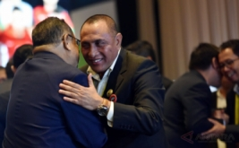 Ketua Umum PSSI Edy Rahmayadi (kanan) mendapat ucapan selamat usai terpilih pada Kongres PSSI di Jakarta, Kamis (10/11/2016). Edy Rahmayadi terpilih menjadi ketua umum PSSI setelah memperoleh 76 suara dari total 107 pemilik suara sah, sementara wakil ketua dijabat oleh Joko Driyono dan Iwan Budianto.