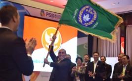 Ketua Umum PSSI Edy Rahmayadi membawa pataka PSSI usai serah terima pada Kongres PSSI di Jakarta, Kamis (10/11/2016). Edy Rahmayadi terpilih menjadi ketua umum PSSI setelah memperoleh 76 suara dari total 107 pemilik suara sah, sementara wakil ketua dijabat oleh Joko Driyono dan Iwan Budianto.