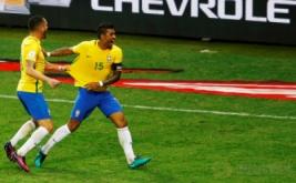 Paulinho (kanan) merayakan golnya bersama Renato Augusto. (REUTERS/Ricardo Moraes)