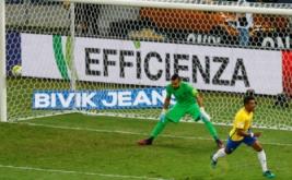 Paulinho (kanan) selebrasi usai mencetak gol ke gawang Argentina. (REUTERS/Ricardo Moraes)