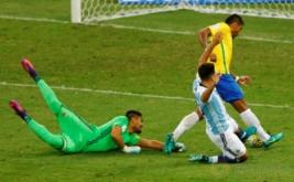 Paulinho (kanan) mencetak gol ke gawang Argentina. (REUTERS/Ricardo Moraes)