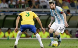 Lionel Messi (kanan) berusaha melewati Miranda. REUTERS/Cristiane Mattos
