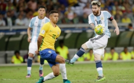 Lionel Messi (kanan) melepaskan tendangan saat dikawal Marquinhos. (REUTERS/Cristiane Mattos)