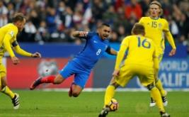 Dimitri Payet (tengah) terjatuh saat dikawal tiga pemain Swedia pada laga Kualifikasi Piala Dunia 2018 zona UEFA yang dihelat di Stade de France, Prancis, Sabtu (12/11/2016) dini hari WIB. (REUTERS/Benoit Tessier)
