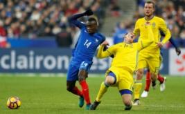 Emil Krafth (kanan depan) terjatuh saat berebut bola dengan Blaise Matuidi pada laga Kualifikasi Piala Dunia 2018 zona UEFA yang dihelat di Stade de France, Prancis, Sabtu (12/11/2016) dini hari WIB. (REUTERS/Benoit Tessier)