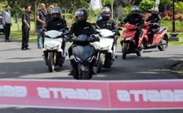 <p>  Pengendara motor GESITS (Garansindo Electric Scooter ITS) memasuki garis finish dalam uji coba sepeda motor listrik tersebut di Denpasar, Bali, Sabtu (12/11/2016).</p>