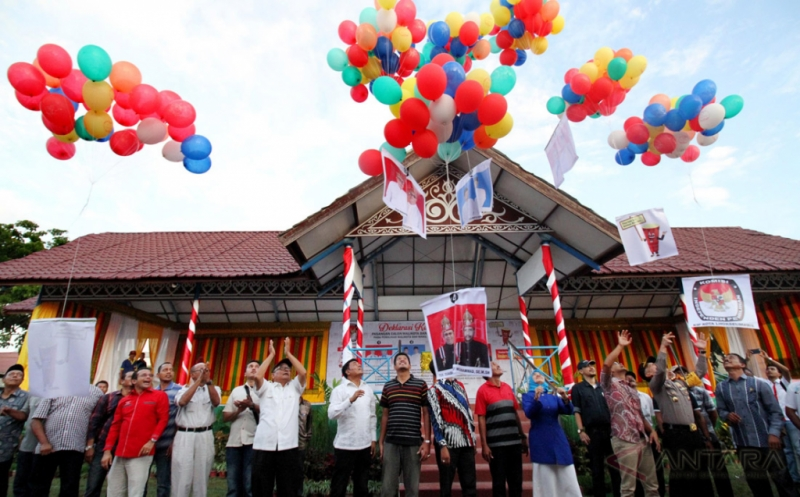 Empat pasangan calon wali kota/wakil wali kota Lhokseumawe bersama komisioner Komisi Independen Pemilihan (KIP), komisioner Panitia pengawas pemilihan (Panwaslih) dan TNI-Polri melepas balon deklarasi pilkada di Lhokseumawe, Provinsi Aceh, Sabtu (12/11/2016). Deklarasi kampanye damai pasangan wali kota/wakil wali kota Helmi Musa Kuta-Maisyuri nomor urut satu, Zulkifli -Amni nomor urut dua, Rachmatsyah-T Nauval nomor urut tiga dan Suaidi Yahya-Yusuf Muhammad nomor urut empat tersebut diselenggarakan KIP.