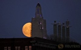 <p>  Fenomena supermoon terlihat di langit Missouri, Amerika Serikat, Minggu (13/11/2016). Bulan purnama supermoon seperti ini sudah terjadi sejak tahun 1948.</p>