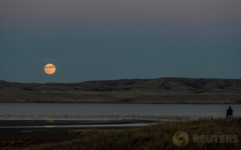 Menikmati Keindahan Supermoon di Langit Dakota Utara
