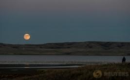 <p>  Fenomena supermoon terlihat di langit Dakota Utara, Amerika Serikat, Minggu (13/11/2016). Bulan purnama supermoon seperti ini sudah terjadi sejak tahun 1948.</p>