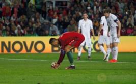 Cristiano Ronaldo meletakkan bola di titik putih sebelum melakukan eksekusi penalti. Pada eksekusi penalti ini, Ronaldo gagal mencetak gol. (REUTERS/Pedro Nunes)