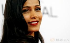 Senyum Manis Model Profesional Freida Pinto