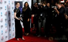 Emma Stone Tampil Cantik dengan Busana Warna Hitam