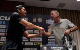 Pelatih Timnas Indonesia Alfred Riedl (kanan) berjabat tangan dengan Pelatih Timnas Thailand Kiatisuk Senamuang usai memberikan keterangan jelang pertandingan AFF Suzuki Cup 2016 di Manila, Filipina, Jumat (18/11/2016). Indonesia akan bertemu dengan Filipina, Thailand dan Singapura pada putaran final Grup A AFF Cup 2016.